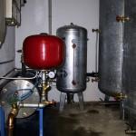 Kessel mit Druckschalter und Trockenlaufschutz der Unterwasser Pumpe.